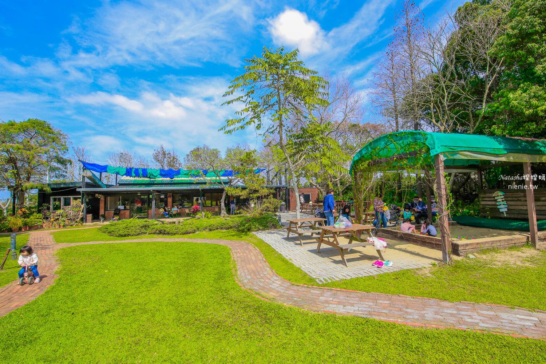 新竹親子餐廳 松湖畔咖啡館~寵物友善草皮足球場/沙坑溜滑梯/餵兔子釣魚